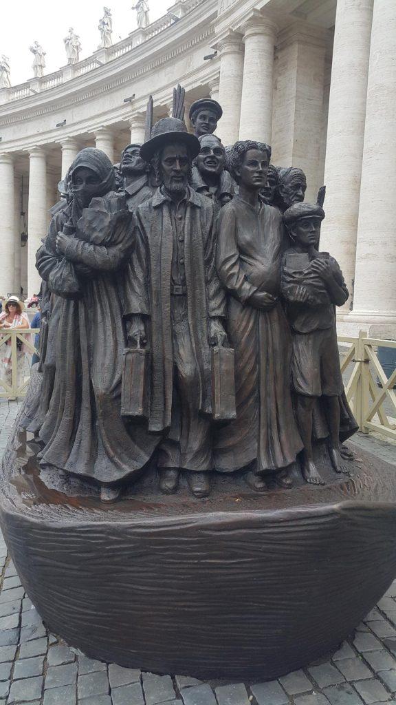 Новая скульптура на площади св. Петра,  или как оказать гостеприимство Ангелу
