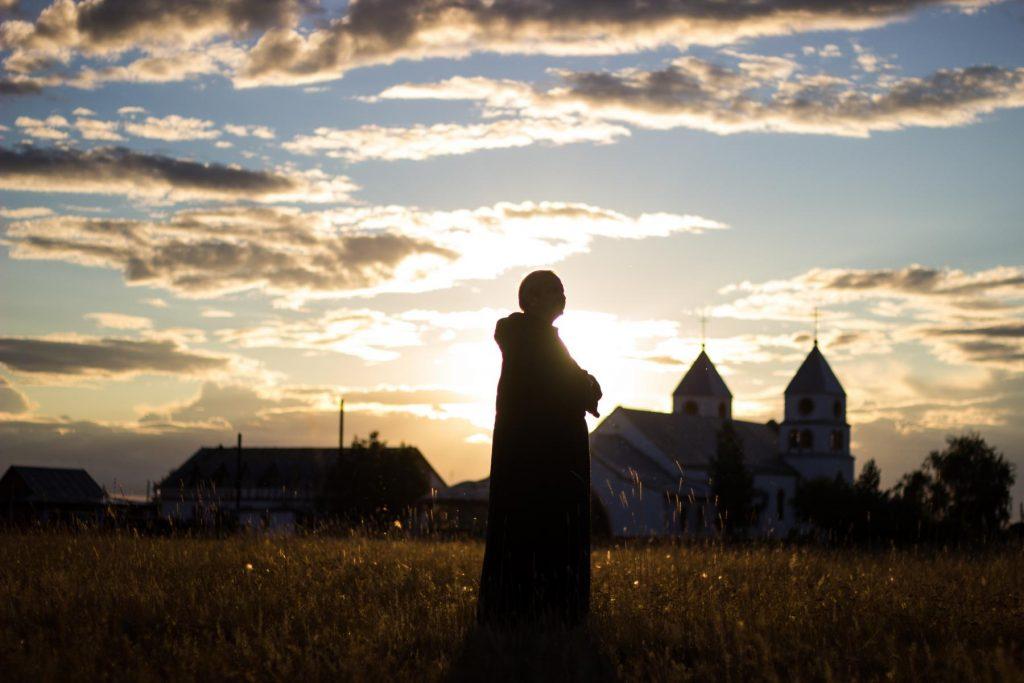 Кто, сохраняя мир в душе, смиренно примет пренебрежение – обретёт невообразимое величие